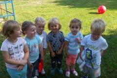 Zabawy Wesołych Misiów w ogrodzie przedszkolnym